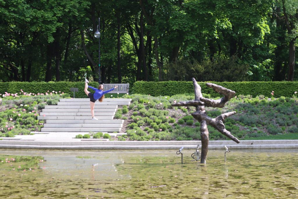 O poranku przy fontannie w ogrodzie kwiatowym na Cytadeli